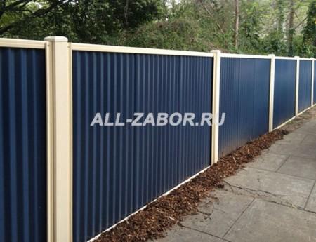 Забор из профнастила с бетонными столбами синего цвета