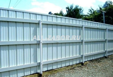 Металлический забор из профнастила белого цвета