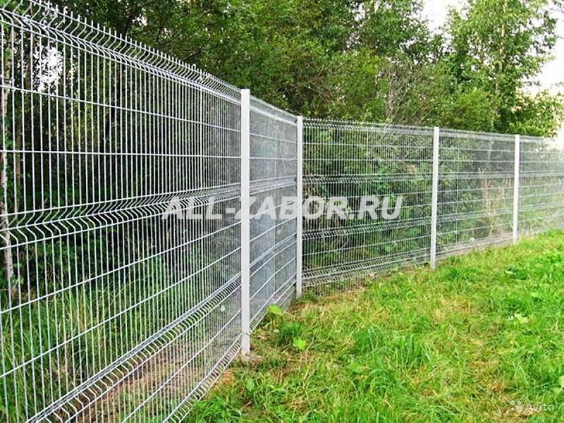 Забор из сварной сетки белого цвета
